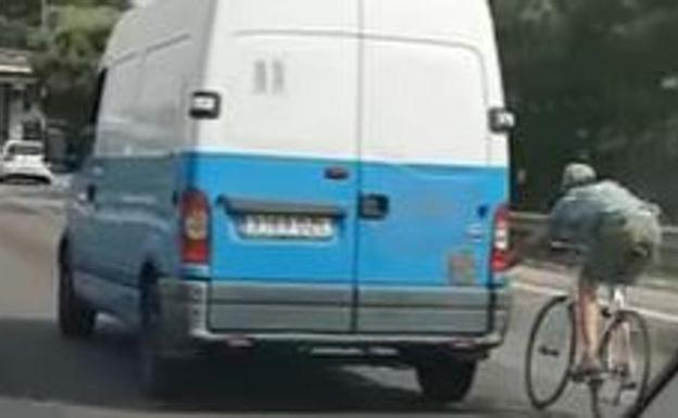 Ciclista circula en Palma con chanclas, sin casco y agarrado a una furgoneta