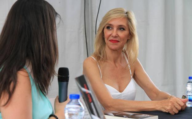 Marta Robles, ayer en la Feria del Libro de Segovia.