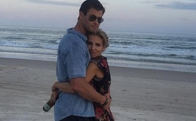 Chris Hemsworth con Elsa Pataky, en la playa.