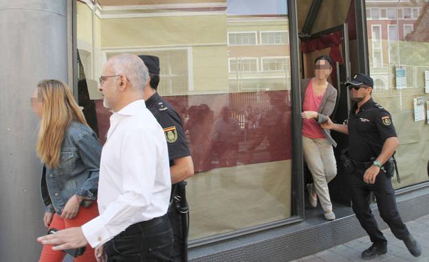 La polic a registra las oficinas de zep travel tras la for Oficina de denuncias