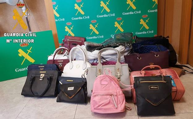 Bolsos intervenidos por la Guardia Civil. /El Norte