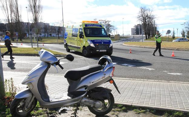 La ambulancia y agentes de la Policía Local atienden el accidente junto a la moto implicada. /Antonio Tanarro