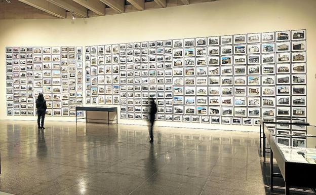 Instalación con fotografías de casas de pueblos inundados en León.