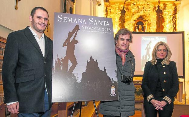 Víctor García Rubio, Mario Antón Lobo y Mercedes Sanz de Andrés, con el cartel. /Óscar Costa