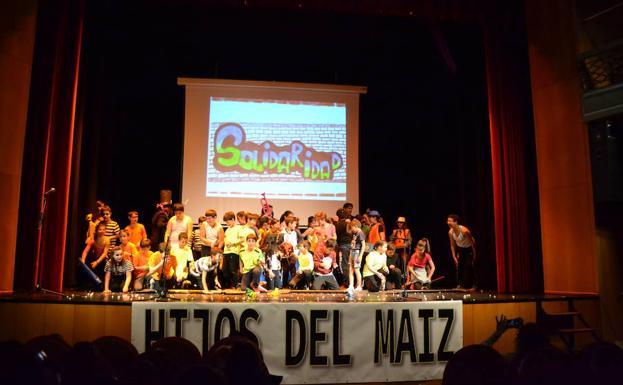 Alumnos y profesores del colegio San Francisco al término de su actuación circense. /S.G.