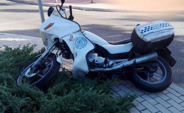 Moto del agente tras el accidente