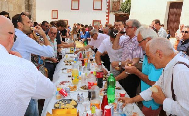 Los vecinos de Villaconancio disfrutan del aperitivo./Luis Antonio Curiel