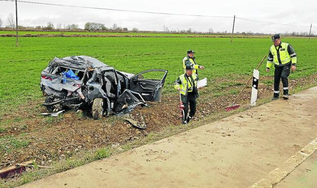 La Guardia Civil analiza el lugar del accidente mortal ocurrido en marzo en Villaturde. /A. Quintero