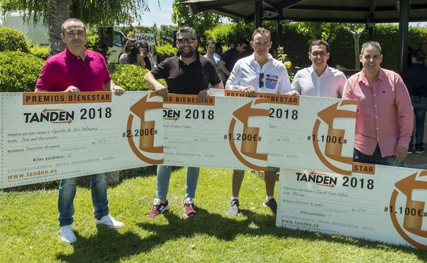 Los ganadores posan con sus premios.
