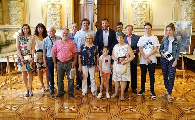 Los premiados, junto al alcalde y la concejala./El Norte
