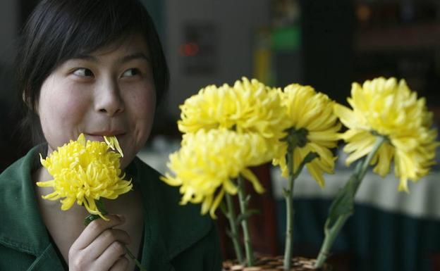 Una clienta come flores de crisantemo en un restaurante de China./Reuters