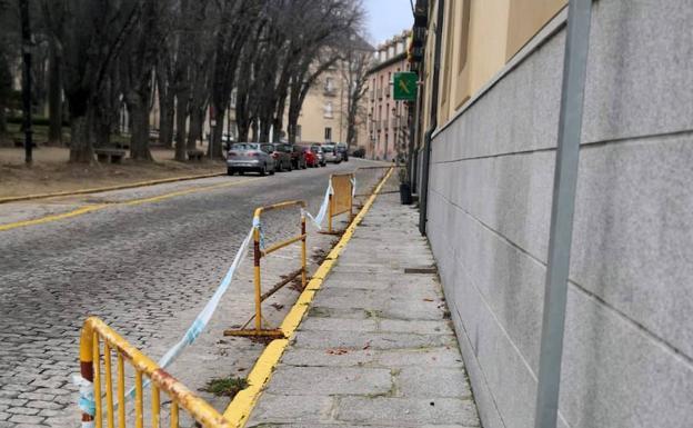 Valla en la fachada del cuartel de La Granja de San Ildefonso en previsión de desprendimientos./E. N.