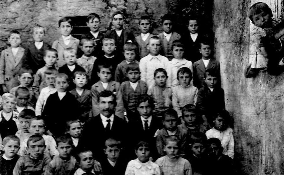 Francisco Portales, con sus alumnos de la escuela de Zahínos en 1915. /El Norte