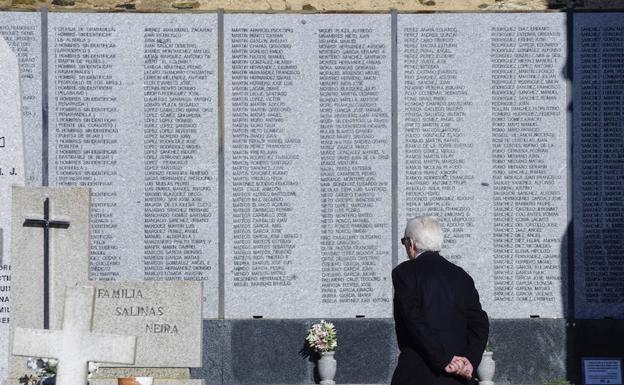 Memorial con los nombres de algunos de los represaliados en Salamanca, instalado en el cementerio de San Carlos../LAYA
