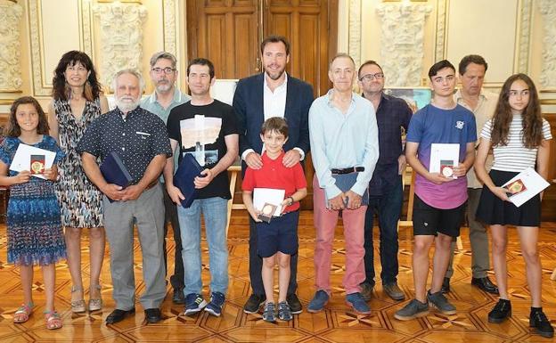 El alcalde Óscar Puente y la concejala Ana Redondo, con los vencedores del concurso. /El Norte