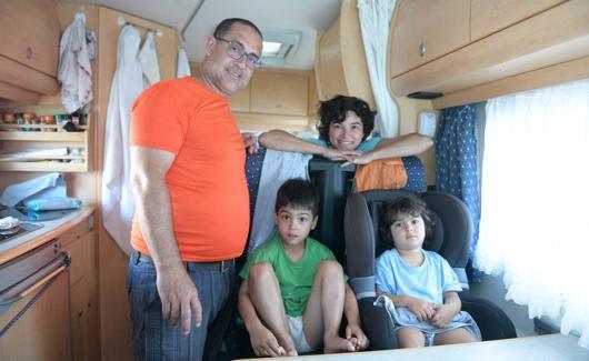 José Bio y Marcia Sá posan en la autocaravana con sus hijos. /Rodrigo Jiménez