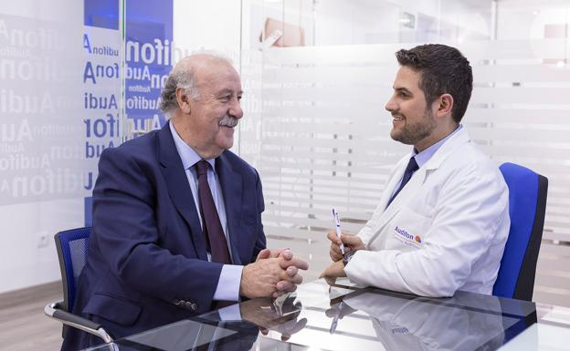 Vicente del Bosque con un doctor de Audifon