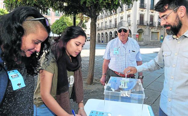 Mesa de votación de la consulta instalada en la Plaza Mayor. /A. de Torre