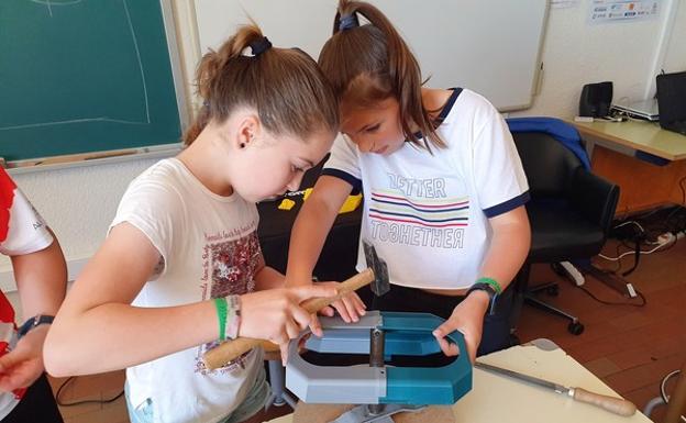 Dos alumnos del Colegio Nuestra Señora de la Piedad, en Herrera de Pisuerga (Palencia), elaboran una caja de quimioterapia en el proyecto 'Pisoraka TIC Steam', que ha sido galardonado en los Premios Francisco Giner de los Ríos.