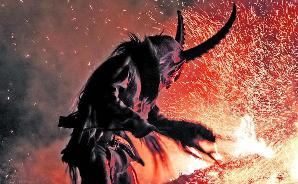 Aunque hay satanistas que adoran al diablo, la mayor parte de ellos no cree en un ser con cuernos y patas de cabra./R. C.