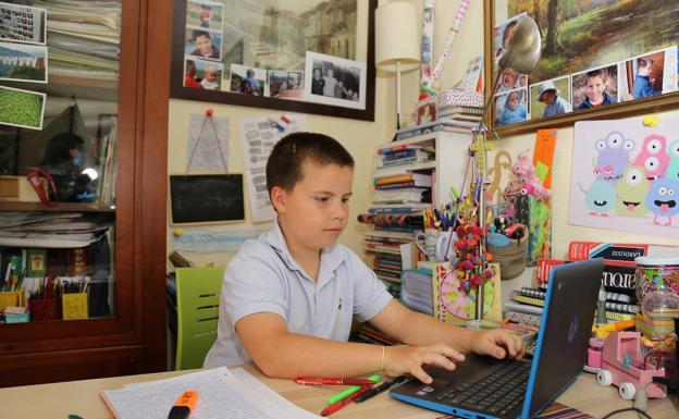 Juan García, frente al ordenador en su habitación. /M. Brágimo